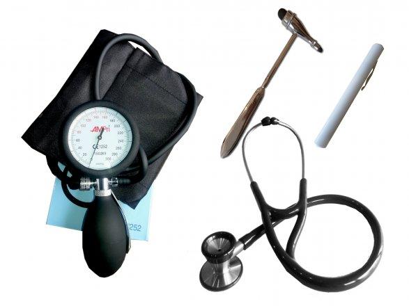Set zur medizinischen Diagnostik - Kardiologie Stethoskop, Reflexhammer, Blutdruckmessgerät und PenLight